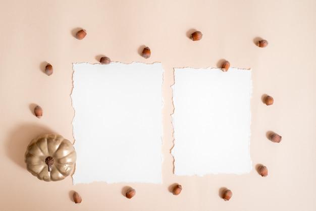 Composição de folhas de outono, notebook. folhas secas e brilhantes, nozes. cachecol de malha amarelo quente, abóbora dourada. o outono aconchegante. cartão de felicitações papel rasgado tendência. vista plana leiga, superior. copyspace. Foto Premium
