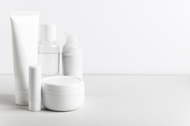 Composição de frascos de cosméticos para cuidados faciais e corporais em branco