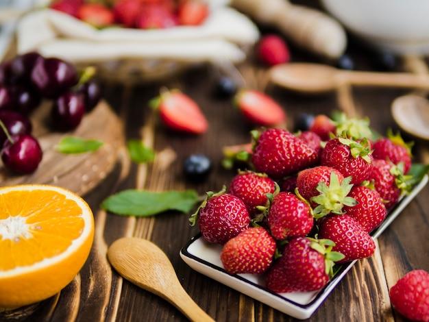 Composição de frutas com saborosas bagas na mesa