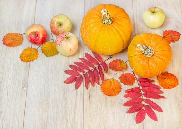 Composição de frutas e vegetais de outono em um fundo de madeira