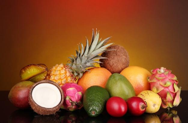 Composição de frutas exóticas em fundo colorido