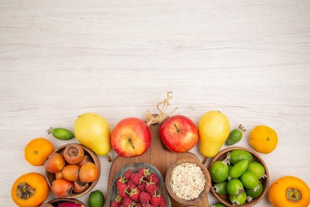 Composição de frutas frescas com frutas frescas diferentes em fundo branco