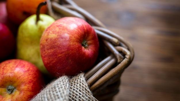 Composição de frutas frescas outonais com close-up do espaço da cópia