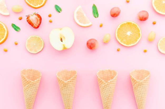 Composição de frutas sortido e casquinhas de sorvete