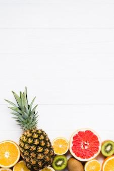 Composição de frutas tropicais coloridas em fatias