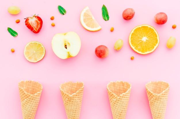 Composição de frutas tropicais e casquinhas de sorvete