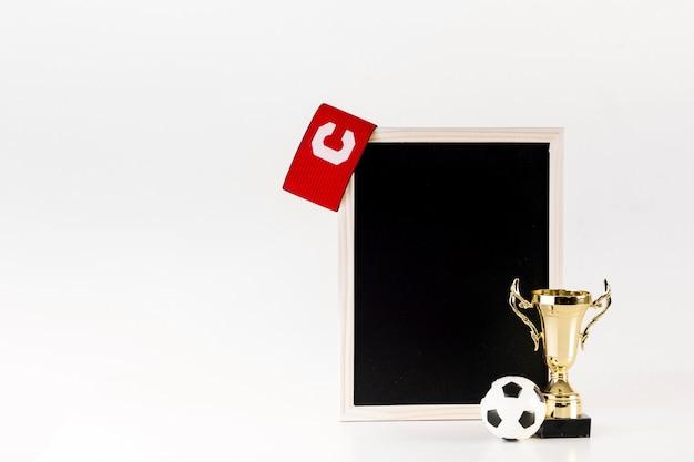 Composição de futebol com ardósia inclinada