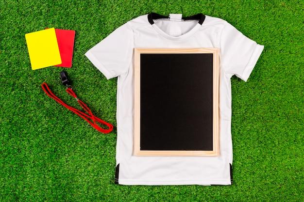 Composição de futebol com ardósia na camisa