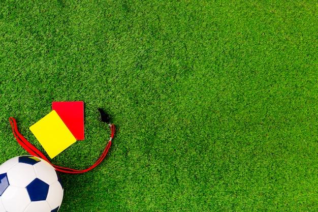 Composição de futebol com cartões vermelhos e amarelos