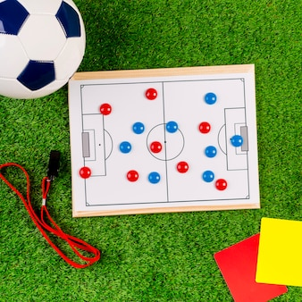 Composição de futebol com placa tática branca