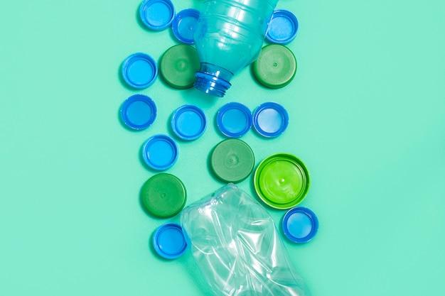 Composição de garrafas de plástico e tampas de garrafa de plástico em verde