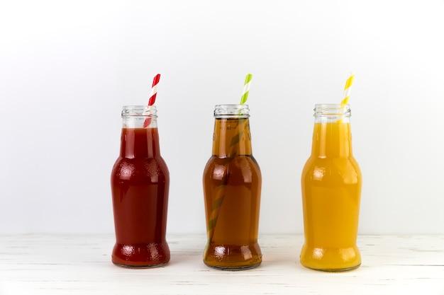 Composição de garrafas de suco com canudos