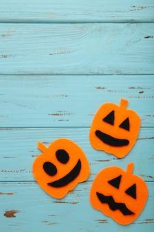 Composição de halloween com abóboras em fundo azul de madeira. vista de cima.