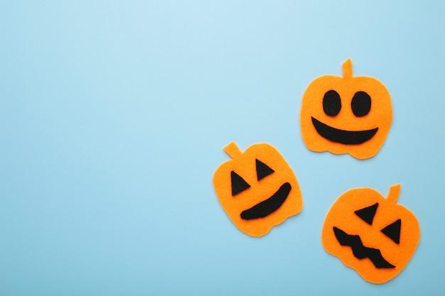 Composição de halloween com abóboras em fundo azul. vista de cima.