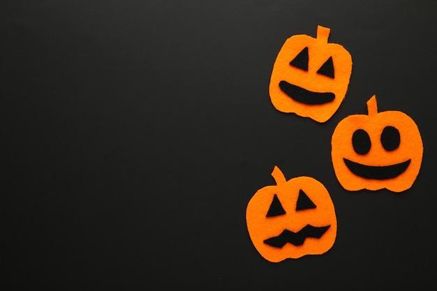 Composição de halloween com abóboras em fundo preto. vista de cima.