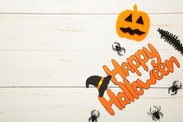 Composição de halloween com aranhas e fundo branco de madeira. vista de cima.