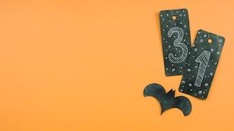 Composição de Halloween com cartão preto com número trinta e um e morcego