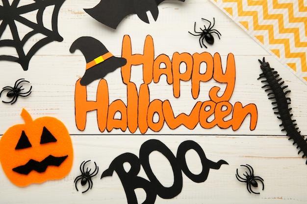 Composição de halloween com morcegos e abóboras em fundo branco. inscrição feliz dia das bruxas