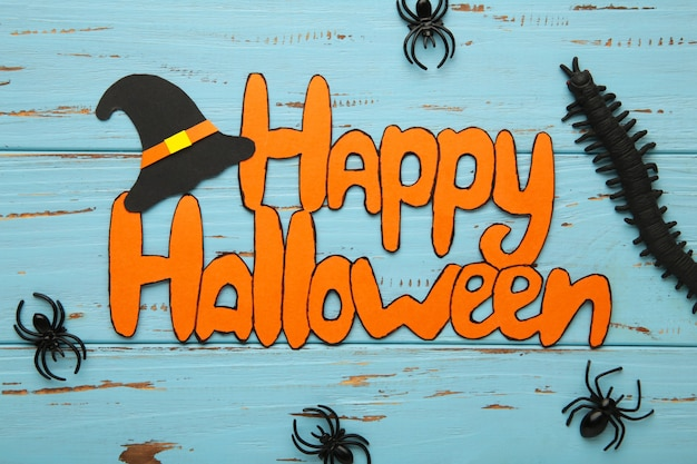 Composição de halloween com morcegos e abóboras em fundo cinza. vista do topo. foto vertical.