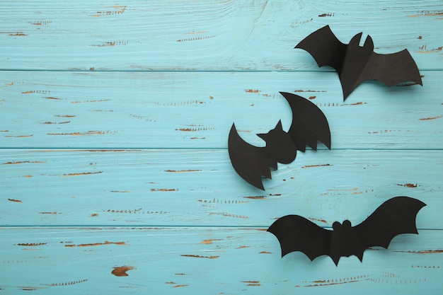 Composição de halloween com morcegos em fundo azul. vista de cima.