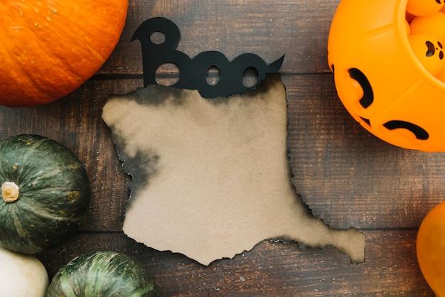 Composição de halloween com papel queimado e boo sinal