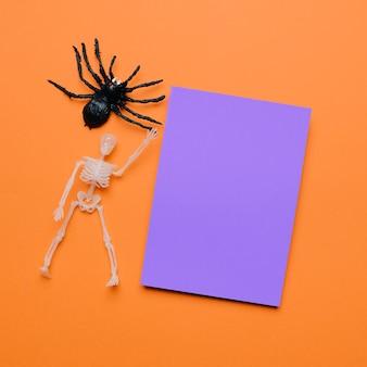 Composição de halloween com papel roxo