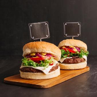 Composição de hambúrguer com rótulos