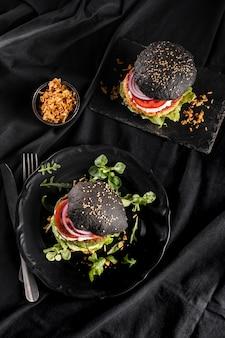 Composição de hambúrguer delicioso de ângulo alto