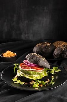 Composição de hambúrguer delicioso de vista frontal