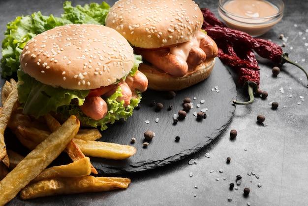 Composição de hambúrguer olhando delicioso de alto ângulo na chapa preta