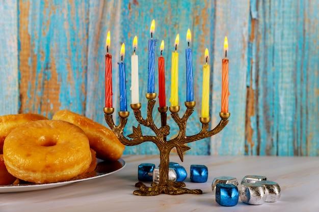 Composição de hanukkah com menorá, rosquinhas e piões
