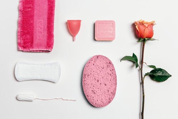 Composição de higiene íntima feminina definida sobre fundo branco. vista de cima.