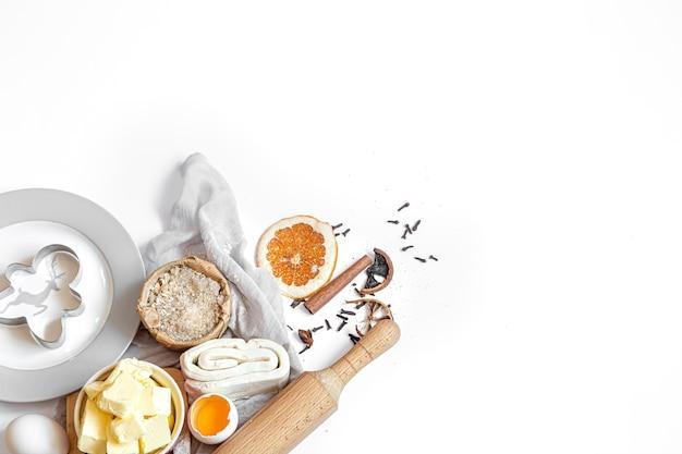Composição de ingredientes para a preparação da vista superior festiva de biscoitos de ano novo e natal.