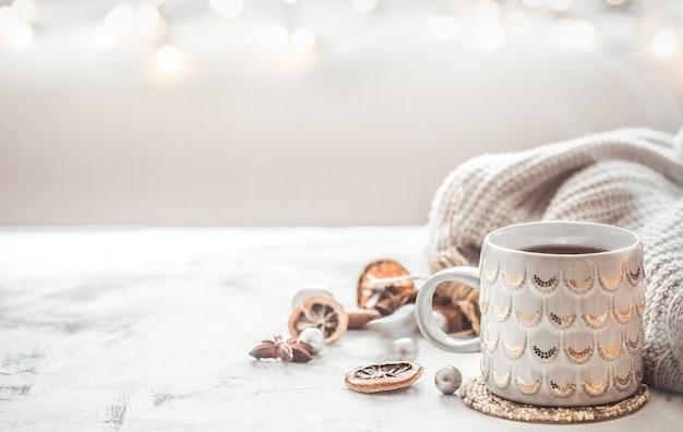 Composição de inverno aconchegante com uma xícara e blusa