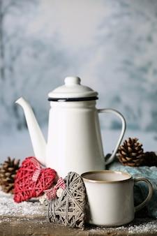 Composição de inverno com bebida quente na superfície da natureza