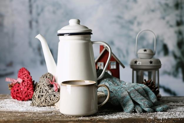 Composição de inverno com bebida quente no fundo da natureza
