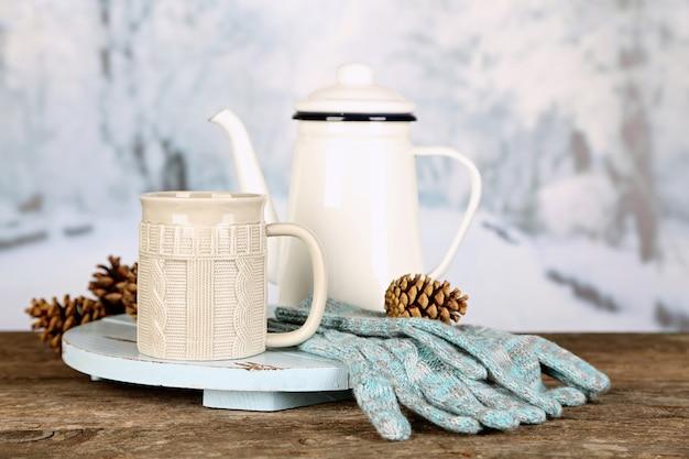 Composição de inverno com bebida quente