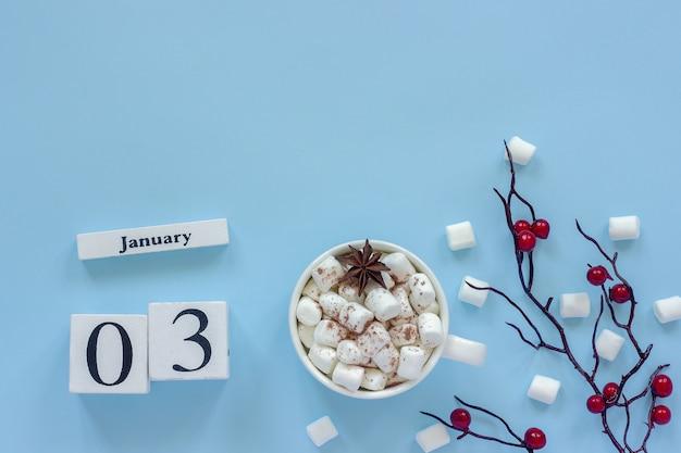 Composição de inverno. cubos de calendário de madeira brancos. dados de 3 de janeiro. xícara de cacau, marshmallows