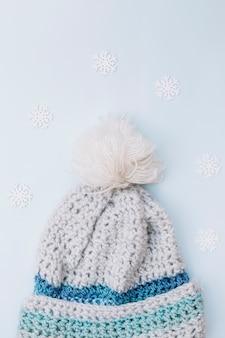 Composição de inverno de boné cinza