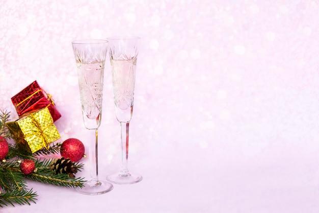 Composição de inverno de natal com duas taças de champanhe