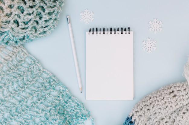 Composição de inverno do bloco de notas com cachecol