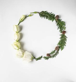 Composição de inverno natal de flores brancas e galhos de thuja. vista plana, vista superior, cópia espaço