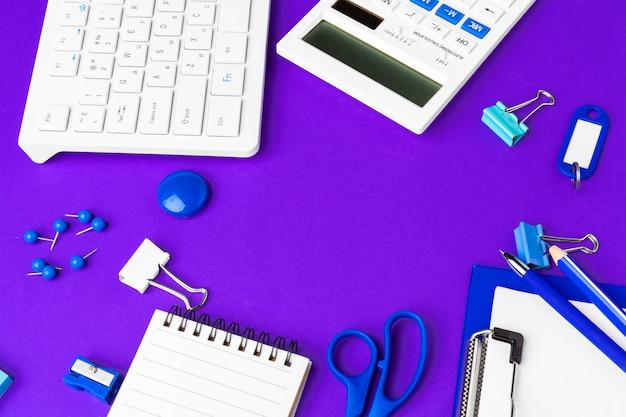 Composição de itens de estilo de vida de escritório em roxo, material de escritório de teclado de computador na mesa no escritório