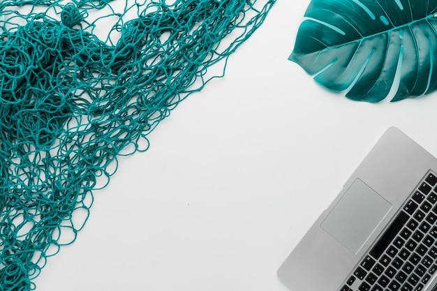 Composição, de, laptop, fishnet, e, planta, folha