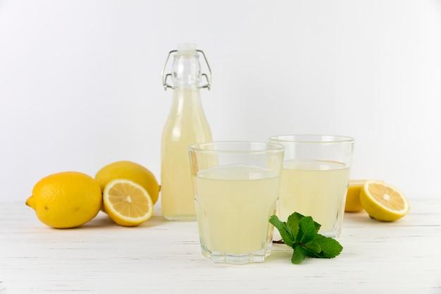 Composição de limonada caseira vista frontal