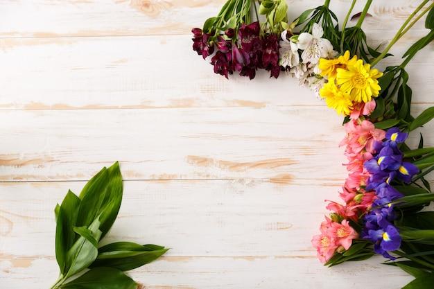 Composição de lindas flores na madeira