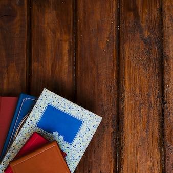 Composição de livros com fundo de madeira