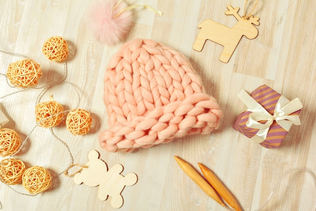 Composição de malhas artesanais com chapéu quente de cor pastel