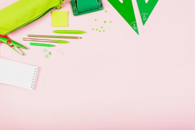 Composição de material escolar verde brilhante