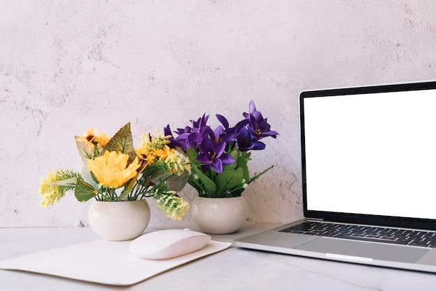 Composição de mesa de escritório moderna